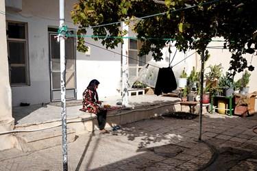 ننه شهربانو بعد از یک ساعت کار کردن در ایوان حیاط خود به استراحت میپردازد