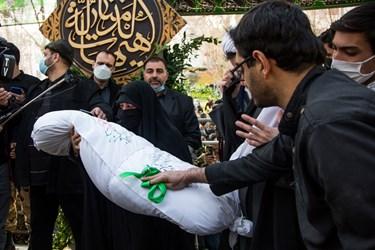 تدفین شهید گمنام تازه تفحص شده توسط مادر شهید مجید قربانخانی