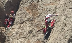 تلاش 4 ساعته امدادگران به ثمر نشست/ نجات گرفتارشدگان در کوه «مله»