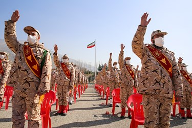 اجرای سرود دسته جمعی در مراسم اختتامیه سیزدهمین جشنواره جوان سرباز