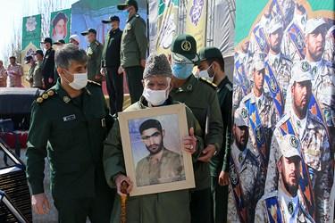 تجلیل از خانواده های شهدا در مراسم اختتامیه سیزدهمین جشنواره جوان سرباز