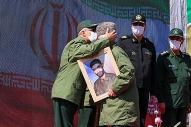 تجلیل از خانواده های شهدا سربازدر مراسم اختتامیه سیزدهمین جشنواره جوان سرباز
