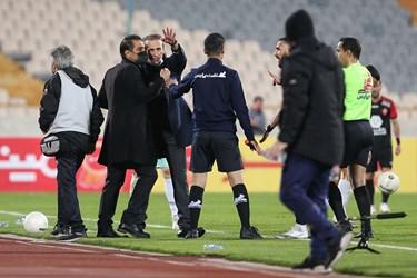 اعتراض شدید یحیی گلمحمدی سرمربی تیم فوتبال پرسپولیس به کمک داور مسابقه