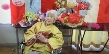 مسنترین فرد جهان مشعل المپیک را حمل میکند