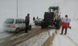 نجات خودروهای گرفتارشده در برف با امدادرسانی بهموقع هلالاحمر