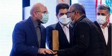 اعطای تندیس مقام اول جشنواره ملی «رفیق خوشبخت ما» به هنرمند میانهای