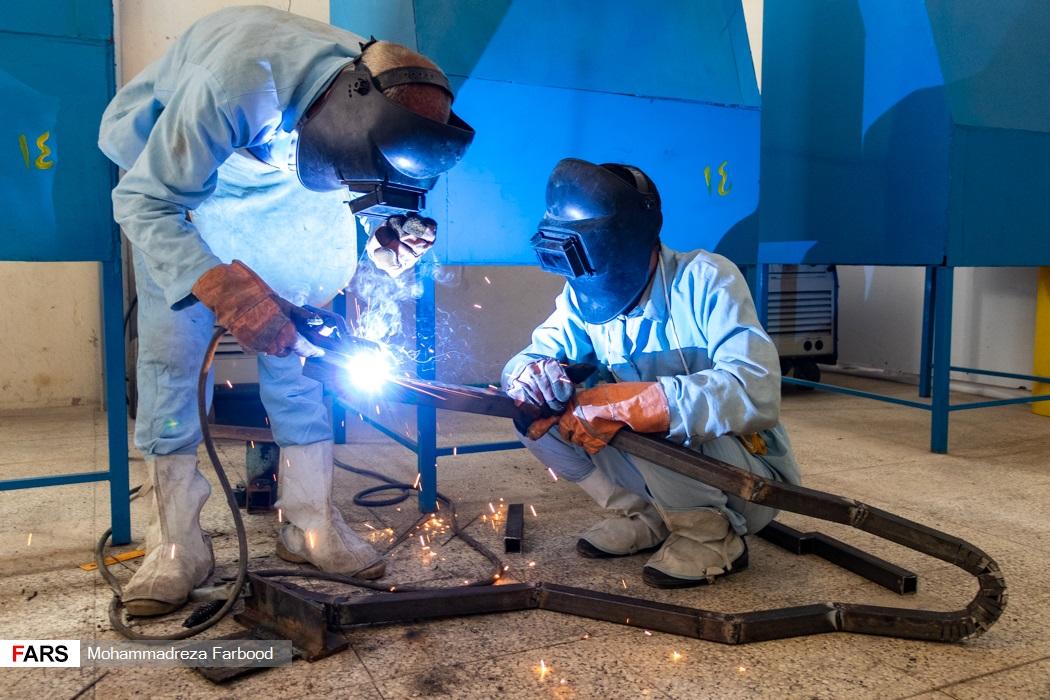 بهبود یافتگان از اعتیاد در حال جوش دادن شاسی فرغون / کارگاه جوشکاری و تولید سازه های فلزی در مجموعه آموزش اشتغالزایی بهبود یافتگان از اعتیاد