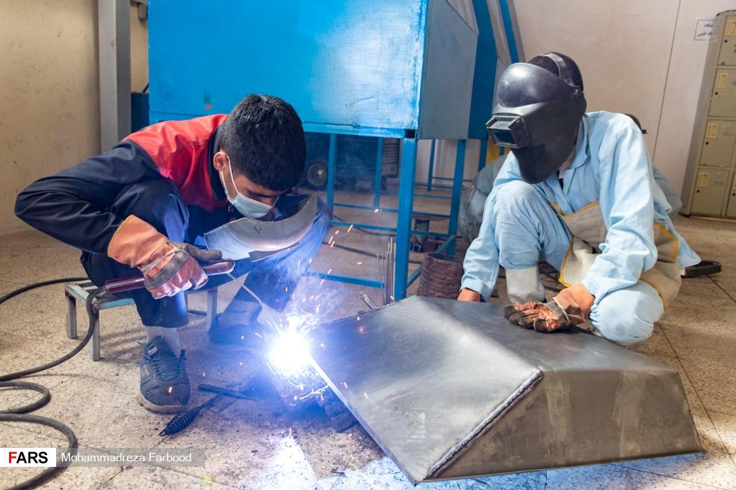 بهبود یافتگان از اعتیاد در حال جوش دادن کفه فرغون / کارگاه جوشکاری و تولید سازه های فلزی در مجموعه آموزش اشتغالزایی بهبود یافتگان از اعتیاد