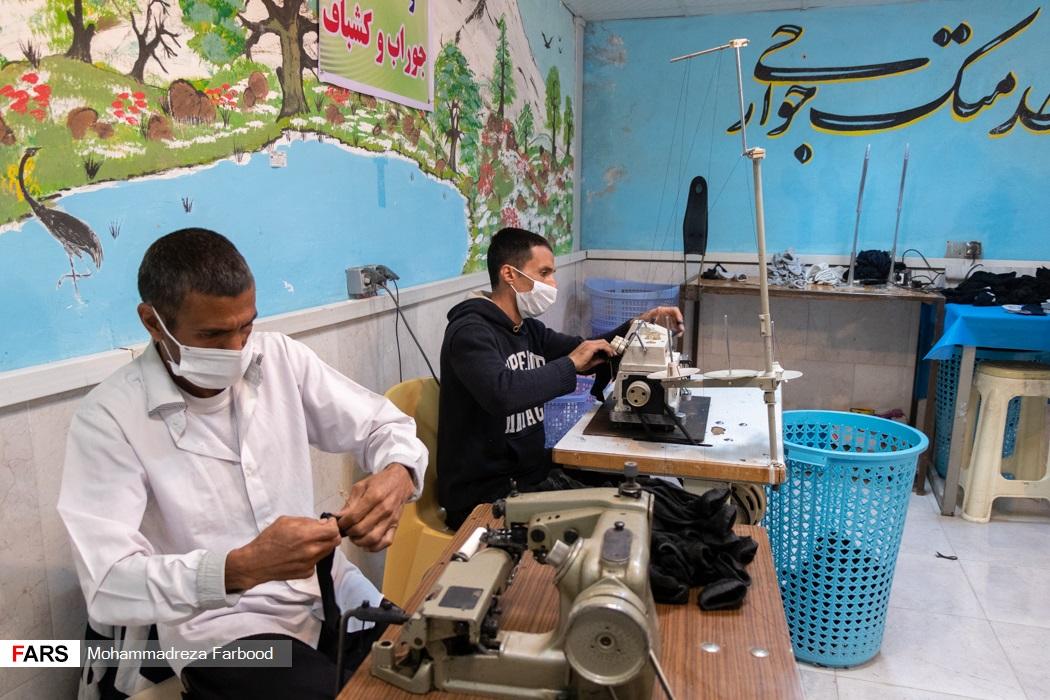 بهبود یافتگان از اعتیاد در حال سردوز و پس دوز جوراب های بافته شده / کارگاه جوراب بافی و کشباف در مجموعه آموزش اشتغالزایی بهبود یافتگان از اعتیاد در شیراز