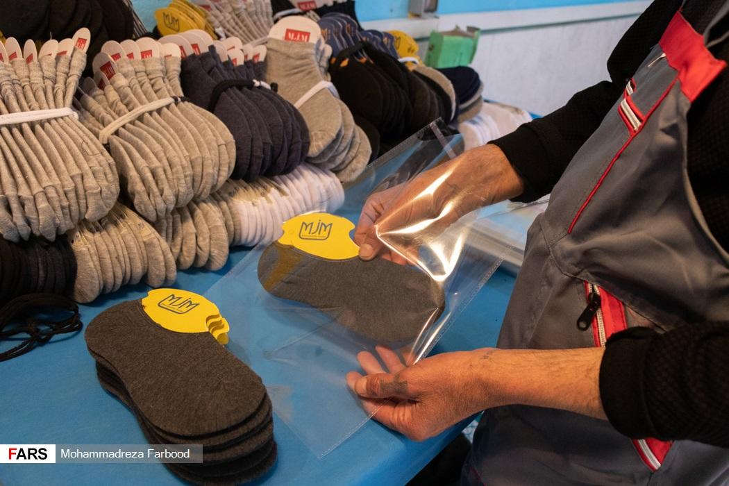 بهبود یافته از اعتیاد در حال بسته بندی جوراب های بافته شده / کارگاه جوراب بافی و کشباف در مجموعه آموزش اشتغالزایی بهبود یافتگان از اعتیاد در شیراز