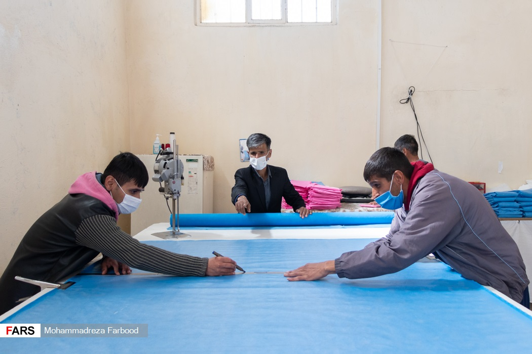بهبود یافتگان از اعتیاد در حال کشیدن الگو برروی پارچه های مخصوص گان / کارگاه خیاطی در مجموعه آموزش اشتغالزایی بهبود یافتگان از اعتیاد در شیراز