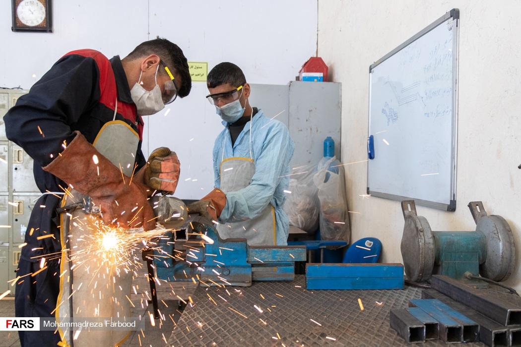 بهبود یافتگان از اعتیاد در حال برش دادن شاسی فرغون / کارگاه جوشکاری و تولید سازه های فلزی در مجموعه آموزش اشتغالزایی بهبود یافتگان از اعتیاد
