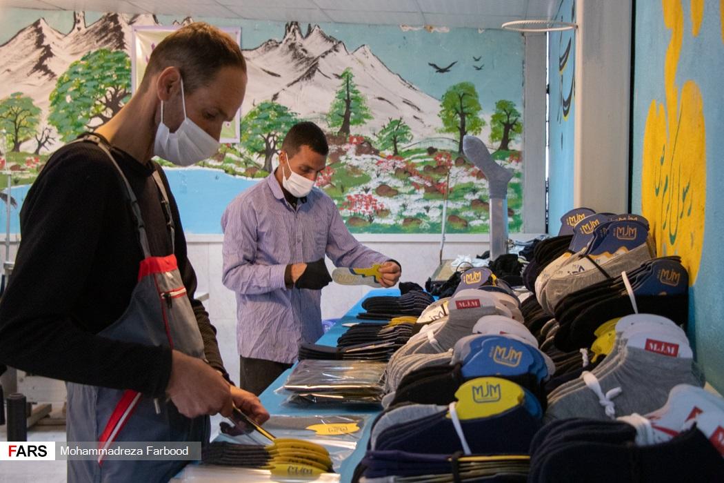 بهبود یافتگان از اعتیاد در حال بسته بندی جوراب های بافته شده / کارگاه جوراب بافی و کشباف در مجموعه آموزش اشتغالزایی بهبود یافتگان از اعتیاد در شیراز