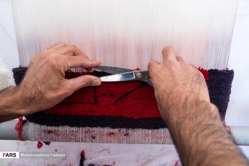 بهبود یافته از اعتیاد در حال صاف و یکنواخت کردن خامه فرش /  کارگاه تولید قالیچه در مجموعه آموزش اشتغالزایی بهبود یافتگان از اعتیاد در شیراز