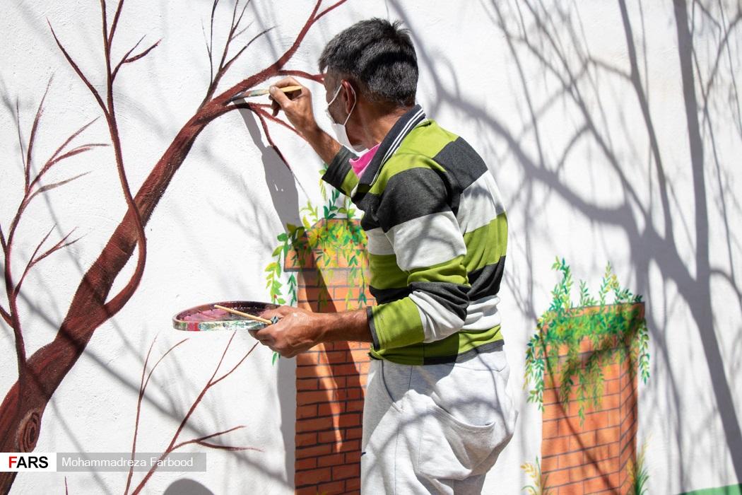 بهبود یافته از اعتیاد در حال دیوارنگاری / مرکز نگهداری، درمان وکاهش آسیب معتادان در شیراز