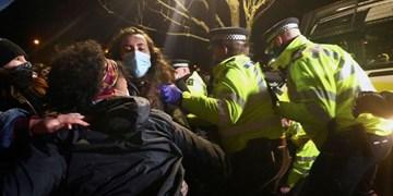 درگیری پلیس لندن با معترضان به قتل زن جوان به دست مامور پلیس+فیلم