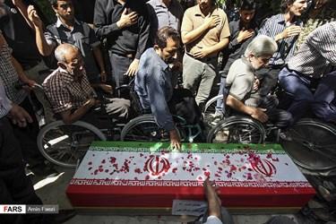 حضور دوستان و همرزمان شهید جانباز فرهاد صفری در آئین تشییع او/ شیراز