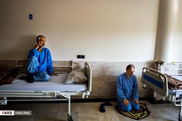 از راست:  سیفالله دهقان نسب، ۵۱ ساله، در اکثر عملیاتهای دوران دفاع مقدس حضور داشته و در عملیات نصر۷ دچار موج انفجار شده است و محمد غضنفری 56 ساله و نزدیک به 30 سال است که در بیمارستان اعصاب و روان فجر تبریز بستری است.