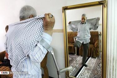 قاسم علی هداوند احمدی ۶۶ ساله جانباز ۷۰ درصد است که نزدیک به ۱۸ سال است از روی علاقه در رشته هنری معرق کاری فعالیت دارد  و به علت زیبایی کار و کیفیت بالای کارهایش مقام هایی را از کشور ترکیه و ایران را از آن خود کرده است.
