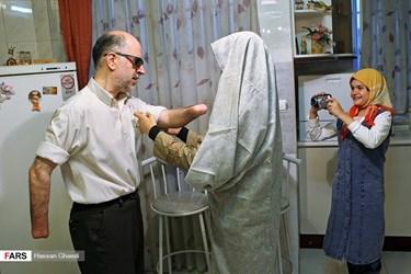 نرگس کیانیان برای گرفتن وضو به همسرش سید محمد حسام طاهری کمک می کند. آقای طاهری در سال 64 و در سن 20 سالگی دو دست و بینایی خود را در جنگ تحمیلی و در راه دفاع از میهن از دست داده است. این زوج در سال 76 ازدواج کردند و یک دختر به نام مریم السادات دارند.