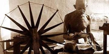قبای ایتالیا، بافتههای سیاست و چرخ نخ ریسی گاندی