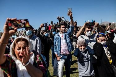 عکسالعمل حاضرین هنگام شلیک توپ آغاز سال نو در میدان آزادی