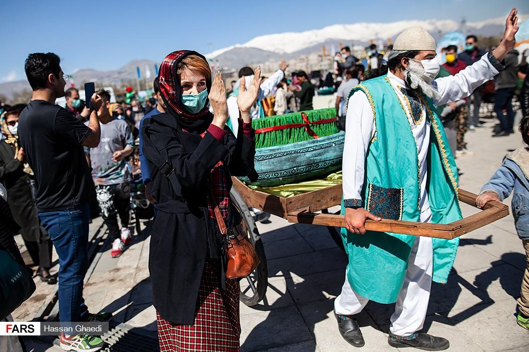 شادمانی  شهروندان در جشن تحویل سال نو در میدان آزادی