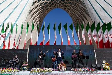 اجرای برنامه زنده موسیقی پاپ توسط امیر تاجیک در جشن آغاز سال نو