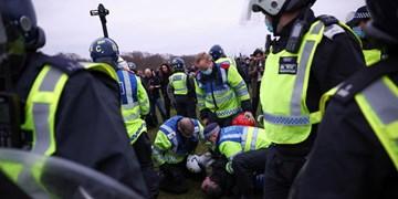 فیلم| اعتراضات علیه محدودیتهای کرونایی در لندن به خشونت کشیده شد