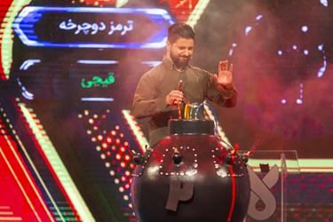 پاسخ اشتباه به سوال توسط یکی از شرکتکنندگان  و پاشیدن رنگ بر روی صورت او در مسابقه تلویزیونی «سیم آخر»