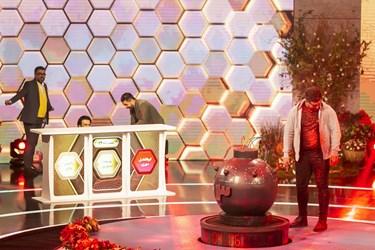 واکنش همتیمیهای یکی از شرکتکنندگان به پاشیدن رنگ بر روی صورت او در مسابقه تلویزیونی «سیم آخر»
