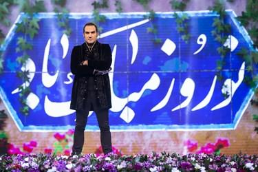 خوانندگی رضا یزدانی خواننده موسیقی پاپ در مسابقه تلویزیونی «سیم آخر»