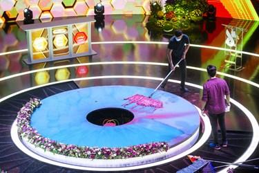 نظافت دکور برنامه پس از هر بار ترکیدن بمب و پاشیدن رنگ بر روی شرکتکنندگان توسط عوامل صحنه