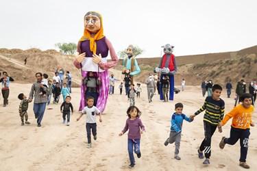 اجرای برنامههای شادپیمایی عروسکهای بلند قامت در کورههای آجرپزی فرونآباد