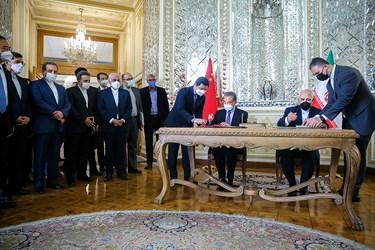 امضای سند جامع همکاری های ۲۵ ساله بین دو کشور ایران و چین توسط «محمد جواد ظریف» وزیر امور خارجه و «وانگ یی» وزیر امور خارجه چین