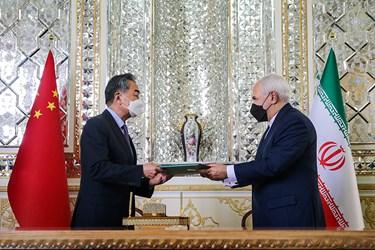 تبادل سند جامع همکاری های ۲۵ ساله بین دو کشور ایران و چین توسط «محمد جواد ظریف» وزیر امور خارجه و «وانگ یی» وزیر امور خارجه چین