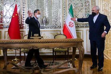 «محمد جواد ظریف» وزیر امور خارجه و «وانگ یی» وزیر امور خارجه چین در پایان  جلسه امضای سند جامع همکاری های ۲۵ ساله بین دو کشور ایران و چین
