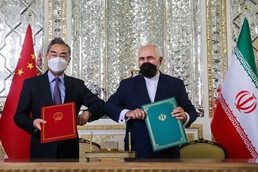 نمایش  سند جامع همکاری های ۲۵ ساله امضا شده بین دو کشور ایران و چین توسط «محمد جواد ظریف» وزیر امور خارجه و «وانگ یی» وزیر امور خارجه چین