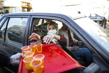 توزیع شربت و شیرینی توسط شهروندان تهرانی به مناسبت فرارسیدن نیمه شعبان و میلاد امام زمان (عج)