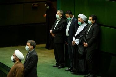 نمایندگان مجلس شورای اسلامی به احترام قرائت قرآن کریم در  اولین جلسه علنی مجلس  سال 1400  در صحن مجلس  ایستاده اند .