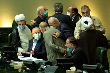 محمد باقر قالیباف رئیس مجلس شورای اسلامی مشغول گفتگو با نمایندگان مجلس