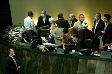 گفتگوی نمایندگان با هیئت رئیسه صحن علنی مجلس شورای اسلامی در اولین جلسه علنی مجلس، 15 فروردین 1400
