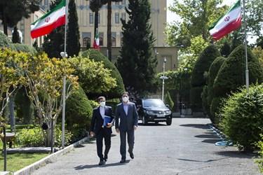 ورود سعید خطیبزاده سخنگوی وزارت امور خارجه به محل برگزاری اولین نشست خبری در سال 1400