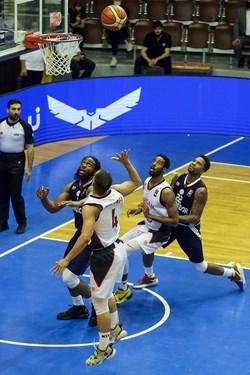 دیدار تیم های بسکتبال شهرداری گرگان و شیمیدر قم در تالار بسکتبال ورزشگاه آزادی تهران در مرحله نیمه نهایی لیگ برتر بسکتبال