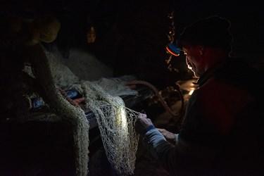 تور بافی  توسط تیم مخصوص بافنده ها در گروه صیادان انجام میشود حتی در تاریکی شب