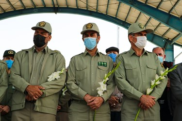 ادای احترام محیط بانان در حاشیه مراسم تشییع شهدای محیط بان در بهشت زهرا زنجان