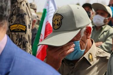گریه یکی از همکاران شهدای محیط بان زنجانی در مراسم تشییع
