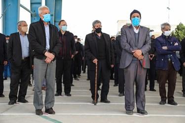 حضور مردم با رعایت فاصله اجتماعی در حاشیه مراسم تشییع شهدای محیط بان در بهشت زهرا زنجان