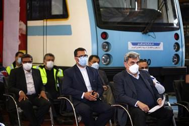 پیروز حناچی، شهردار تهران در مراسم رونمایی از نخستین نمونه قطار ملی مترو