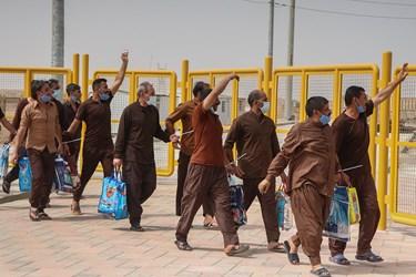 تعدادی از خانواده های زندانیان به استقبال آنها آمدند
